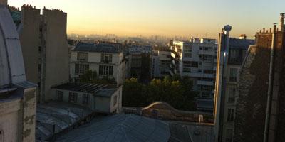 Vue de la fenetre d'un hotel parisien.